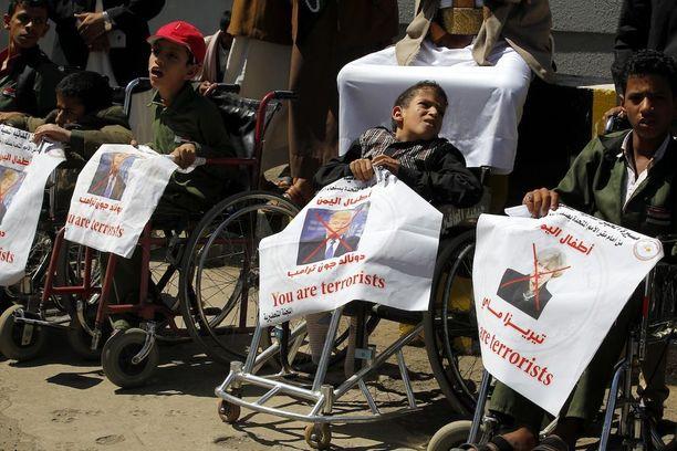 Kehitysvammaiset jemeniläiset osoittivat mieltään saudien ja amerikkalaisten yhteisiä sotaoperaatioita vastaan Sanaassa keskiviikkona.
