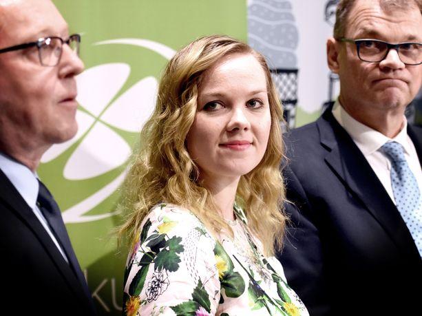 Ministeri Katri Kulmuniin kohdistunut tviitti on poikinut ilmoituksen henkilösuojausyksikölle. Kuvassa oikealla Juha Sipilä ja vasemmalla Mika Lintilä.