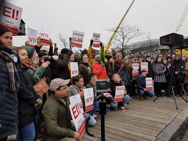 Helsingissä järjestettiin huhtikuussa kielteisen turvapaikkapäätöksen saaneiden pakkopalautuksia vastustava mielenosoitus.