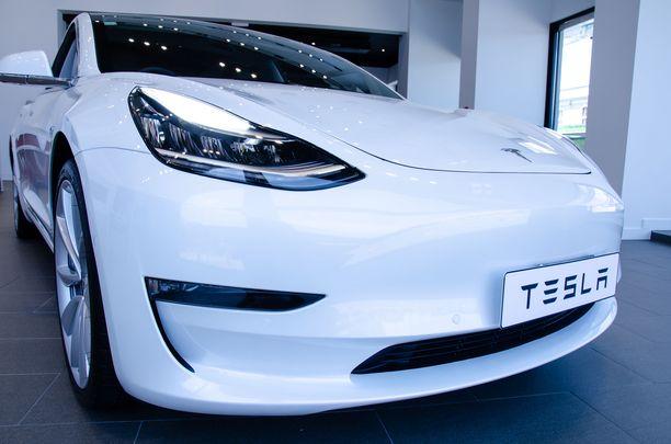 Miehen auto oli sähkökäyttöinen Tesla Model 3. Kuvituskuvan auto ei liity juttuun.