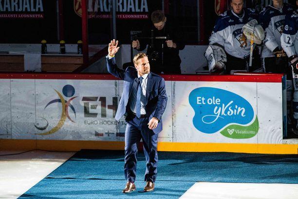Yleisö osoitti seisaaltaan suosiota, kun Kimmo Timonen asteli Hartwall-areenan jäälle lauantaina.