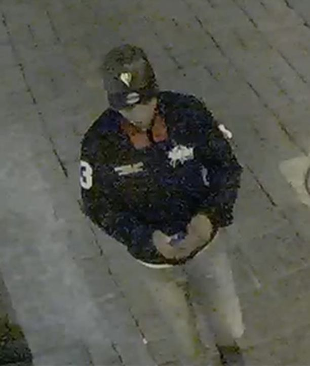Poliisi kaipaa havaintoja tästä miehestä. Häntä epäillään elokuussa tapahtuneesta ryöstöstä.