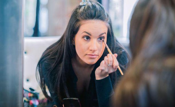 Naisilta edellytetään siistiä meikkiä monilla työpaikoilla.