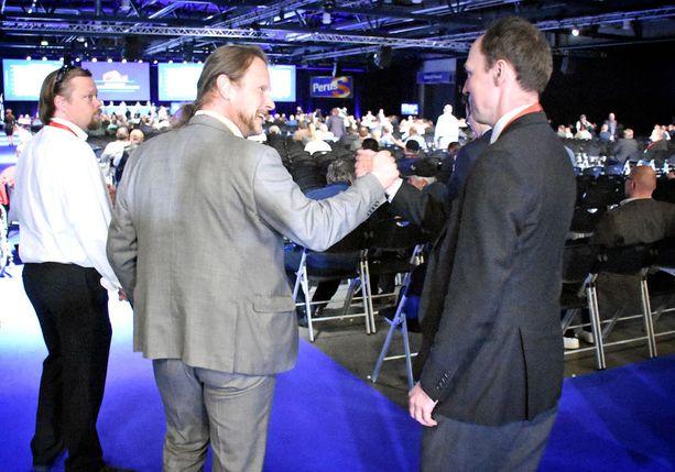 Tuore puheenjohtaja Jussi Halla-aho onnitteli loppuillasta 3. varapuheenjohtajaksi valittua kansanedustaja Juho Eerolaa.