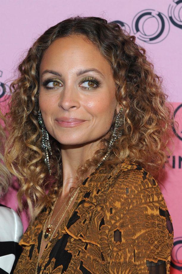 Nicole Richien kultainen luomiväri ja tumma rajaus toimisivat upeasti boheemissa juhlalookissa.