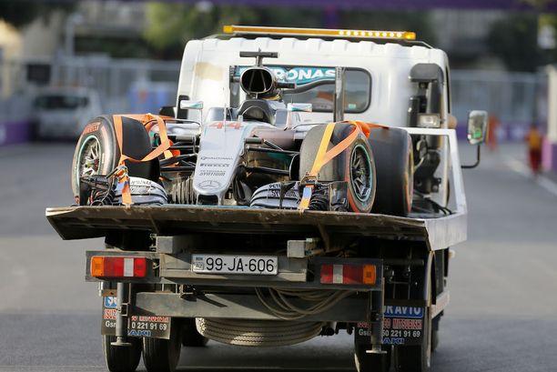 Lewis Hamilton oli viime vuonna suurissa vaikeuksissa Bakun F1-radalla.