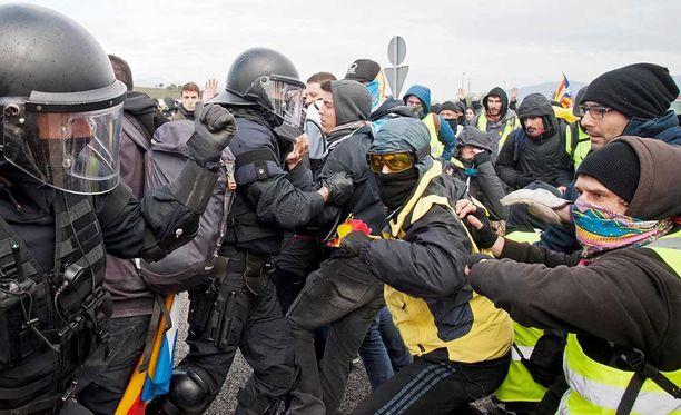 Katalonian itsenäisyyttä kannattavat mielenosoittajat tukkivat tiistaina tien Figueresissa.