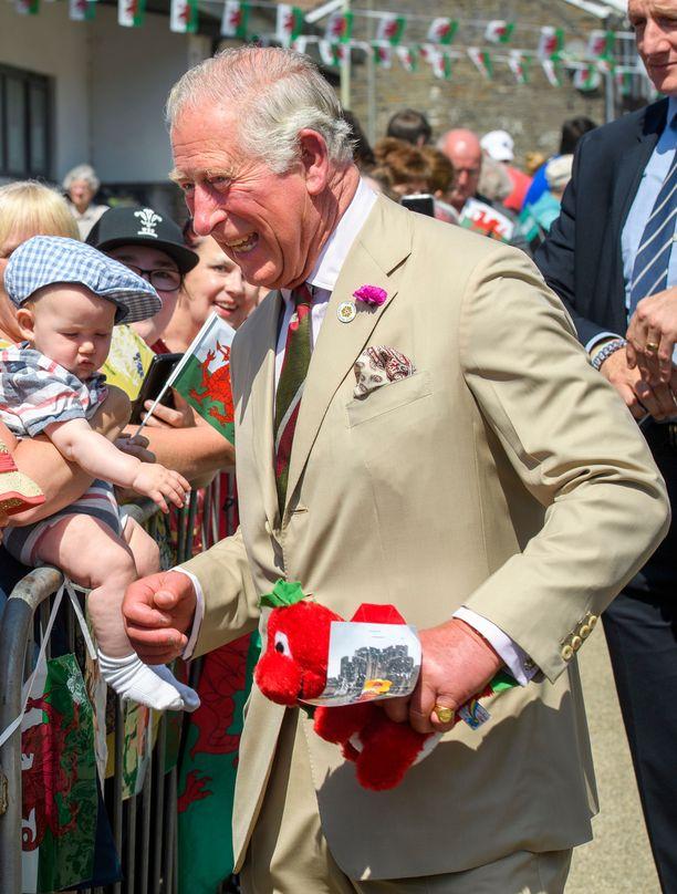 Walesin prinssi Charles ilahtui saamastaan lohikäärmeestä.