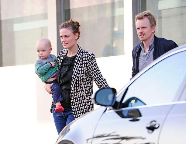 Emily, Henry-poika ja puoliso David.