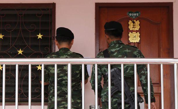Thaimaalaiset sotilaat tutkivat vuokrattuja huoneita, joiden uskotaan liittyvän pommi-iskun tekijöihin.