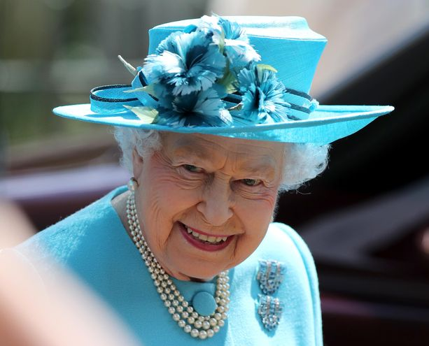 Kuningatar Elisabet myöntää kunniamitaleja vuosittain.