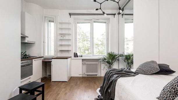 30-luvulle ominaiseen tyylin asunnossa on leveät ikkunalaudat ja lähes kolmen metrin huonekorkeus, joka tekee tilasta avaramman tuntuisen.
