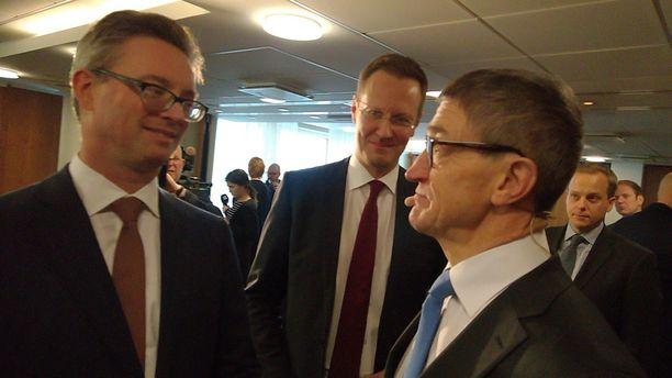 Kuvassa edessä vasemmalla Trafiguran johtaja Jeremy Weir ja edessä oikealla Terrafamen hallituksen johtaja Lauri Ratia.