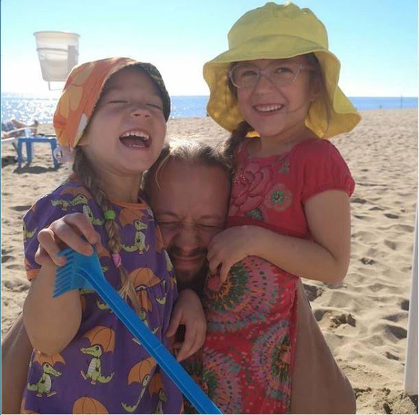 Matkaaminen on välillä raskasta, mutta siitä huolimatta Espanjan valo ja lämpö vetävät perhettä puoleensa.
