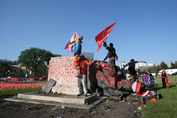 Kuningatar Viktorian patsas kaadettiin torstaina Winnipegissä.