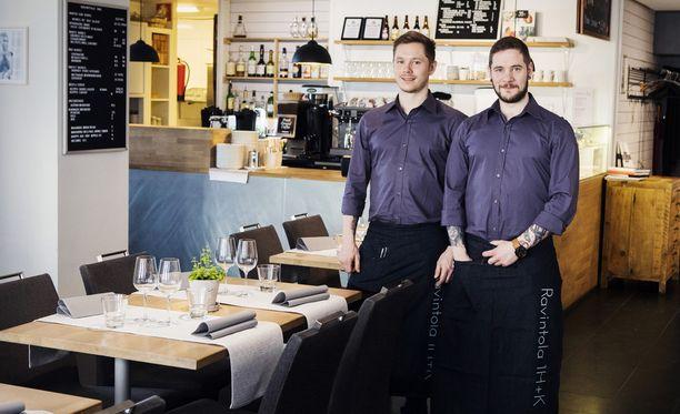 Ravintoloitsija Fredrik Ohls ja hovimestari Sören Ohls toivottavat tervetulleeksi 1h+k-ravintolaan.