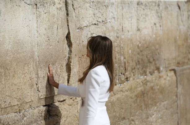 Melania Trump kävi maanantaina Itkumuurilla Jerusalemissa.
