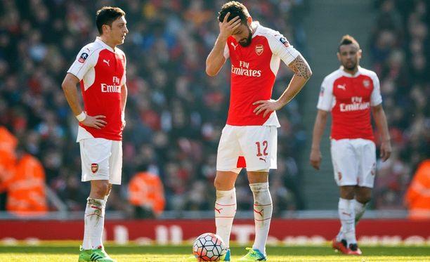 Mesut Özilin (vas.) ja Olivier Giroud'n elekieli kertoo kaiken olennaisen - Arsenal on ulkona cupista.