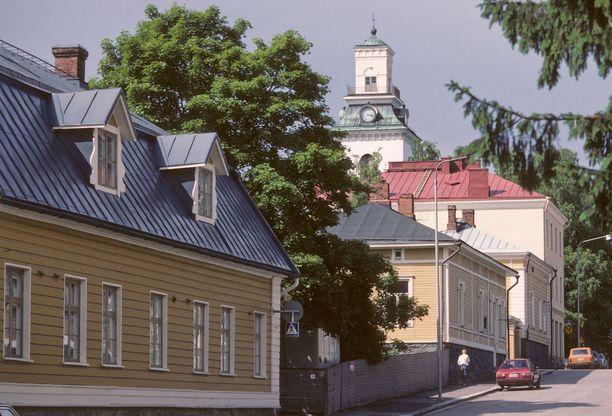 Vanhoja puutaloja ja Kuopion tuomiokirkko.