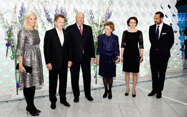 Suomen presidenttipari Sauli Niinistö ja Jenni Haukio viettivät torstai-illan kuningas Haraldin, kuningatar Sonjan, kruununprinssi Haakonin sekä kruununprinsessa Mette-Maritin seurassa.