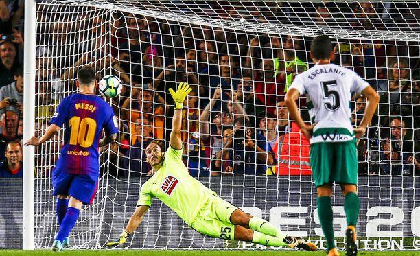 Tästä se alkaa. Leo Messi viimeistelee pilkulta Eibar-ottelun avausmaalin.