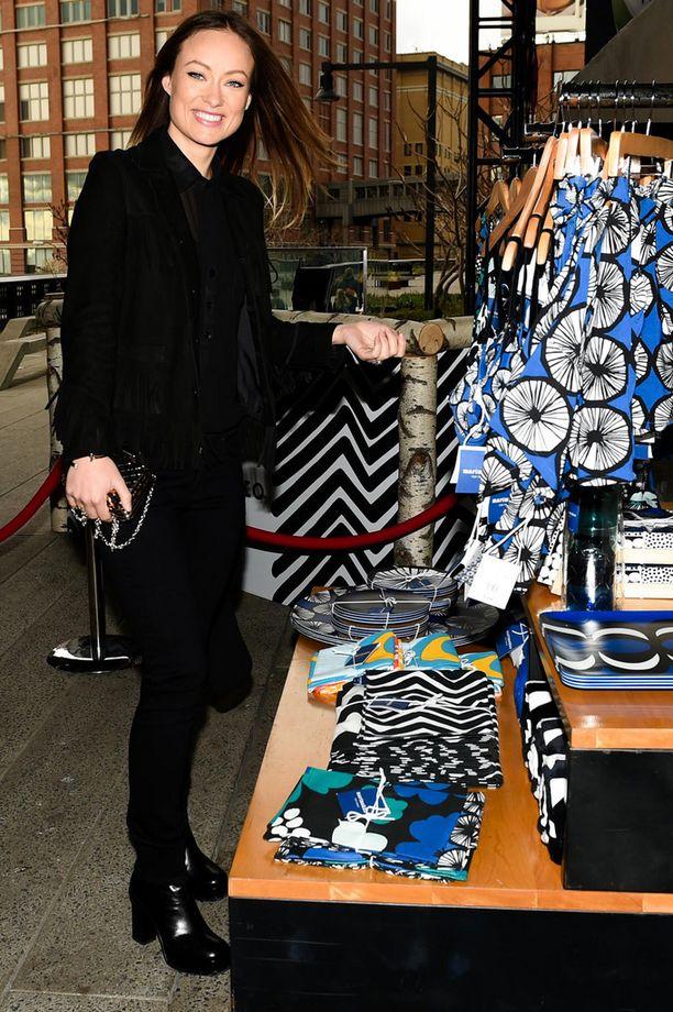 House-tähti Olivia Wilde tutki innoissaan Marimekon tuotteita.