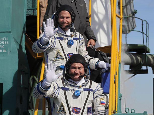 Alexei Ovtshinin (alla) ja Nick Hague vilkuttivat kameroille hieman ennen lähtöä torstaina.