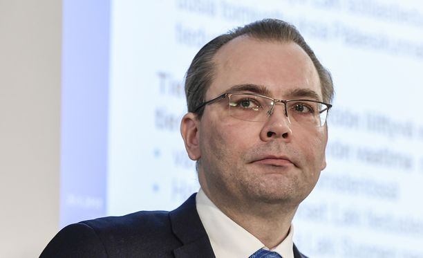 Puolustusminsiteri Jussi Niinistön mukaan armeija marssii vatsallaan.