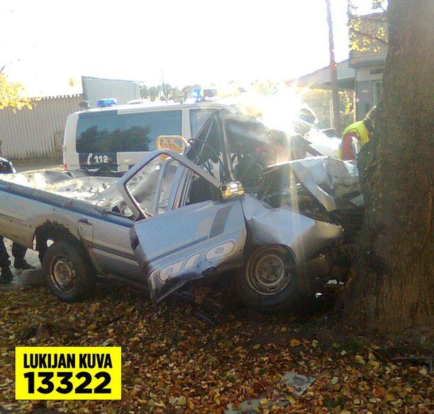 Auto romuttui nuoren miehen täräyttäessä päin puuta.