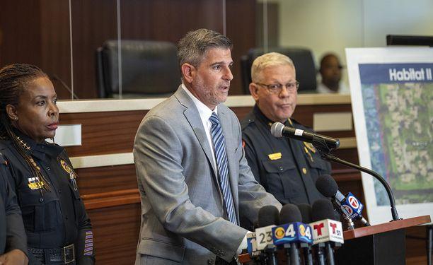 Lauderhillin poliisi kertoi järkyttävästä tapauksesta tiedotustilaisuudessa.