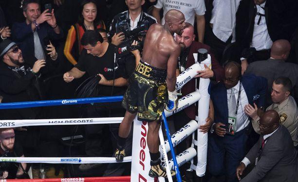 Floyd Mayweather osoitti kunnioitusta vastustajaansa kohtaan voitonkin hetkellä.