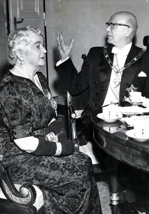 Suomen Valkoisen Ruusun suurristin ketjuja koristivat Akseli Gallen-Kallelan suunnittelemat hakaristit aina vuoteen 1963 saakka. Tarkasti katsomalla hakaristit näkee presidentti Kekkosen kaulassa tässä vuonna 1959 Presidentinlinnassa otetussa kuvassa.