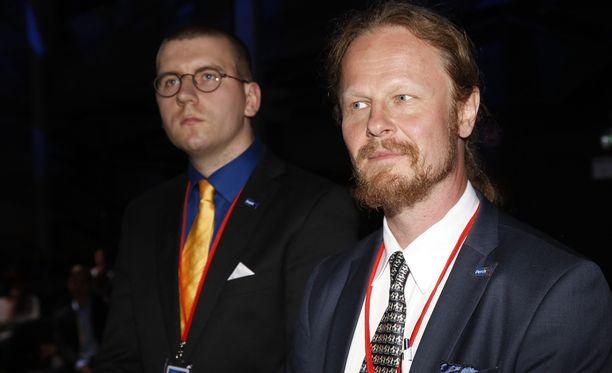 Sebastian Tynkkynen (vas.) päihitti Juha Eerolan äänestyksessä perussuomalaisten kolmannesta varapuheenjohtajasta.