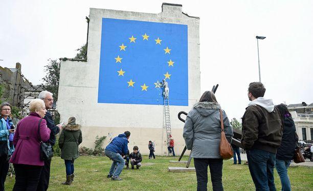 Henkilöllisyytensä piilossa pitänyt Banksy on aiemminkin kuvannut poliittisia aiheita.