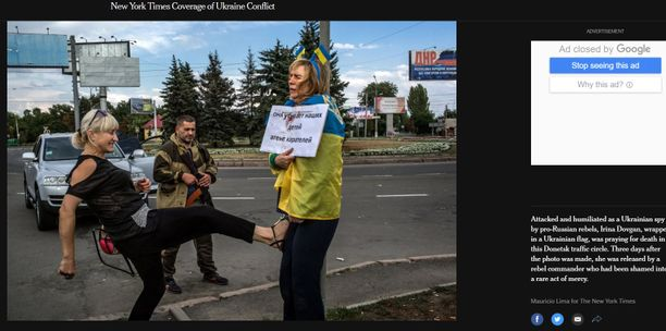 New York Times julkaisi myös oheisen kuvan, jossa paikallinen nainen potkaisee Irinaa.