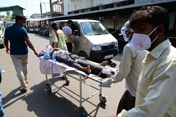 Intialaista potilasta vietiin sairaalaan Prayagrajissa tiistaina.