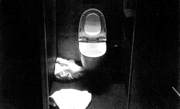 Tästä vessasta syytetty löydettiin alastomana surman jälkeen. Ravintolan ovimies soitti hänelle ambulanssin.