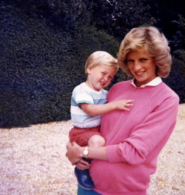 William äitinsä prinsessa Dianan sylissä.