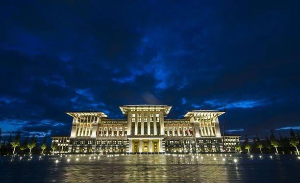 Presidentin uudesta palatsista ei mahtipontisuutta puutu.