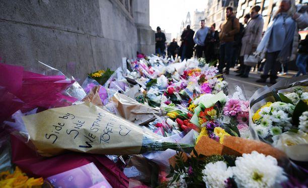 Westminsterin sillalle Lontoossa tuotiin valtavasti kukkia maaliskuussa uhrien muistolle.