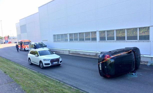 Auto törmäsi Citymarketin seinään ja kaatui kyljelleen Kaarinassa.
