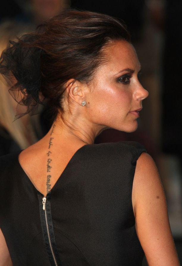 Victoria Beckham haluaa eroon vuosia selkäänsä koristaneesta tatuoinnista.
