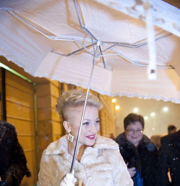 Chisun valkoinen pitsisateenvarjo sopi tyyliin täydellisesti.