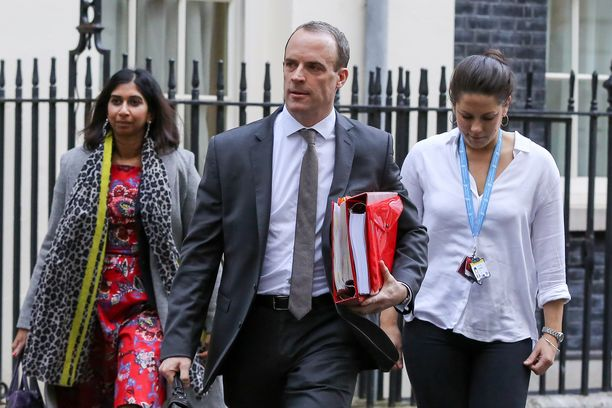 Britannian brexit-ministeri Dominic Raab ilmoitti torstaina eroavansa, koska ei voi hyväksyä EU:n kanssa tehtyä sopimusta. Raab oli Britannian puolelta sopimuksen pääneuvottelija.