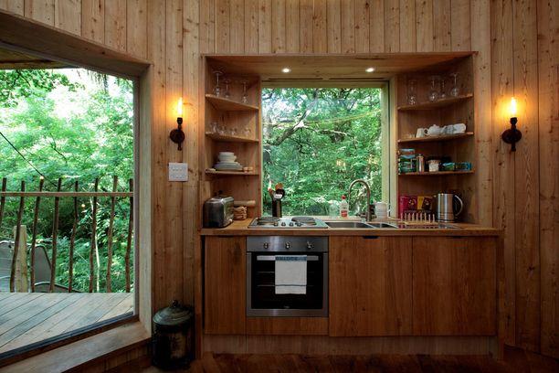 Keittiön ikkunasta avautuva maisema tuo mieleen Amazonin sademetsän.