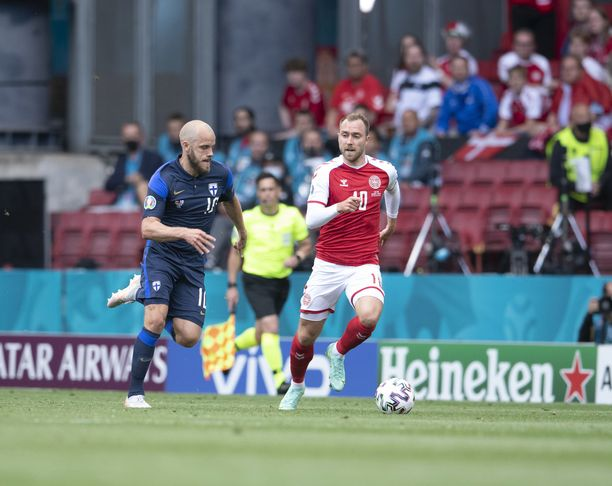 Teemu Pukki sprinttasi pallon perään yhdessä Christian Eriksenin kanssa ennen tämän sairauskohtausta.