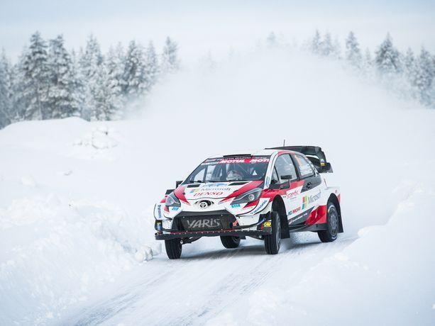 Kalle Rovanperä hallitsee rallia Toyota Yaris WRC:llään.