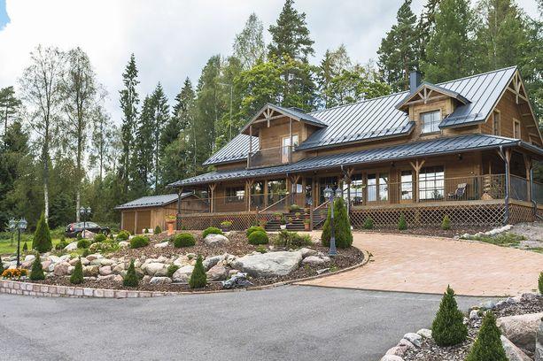 Robert Lappalaisen maatila on amerikkalaistyylinen ranch. Taloa kiertää suojaisa terassi.