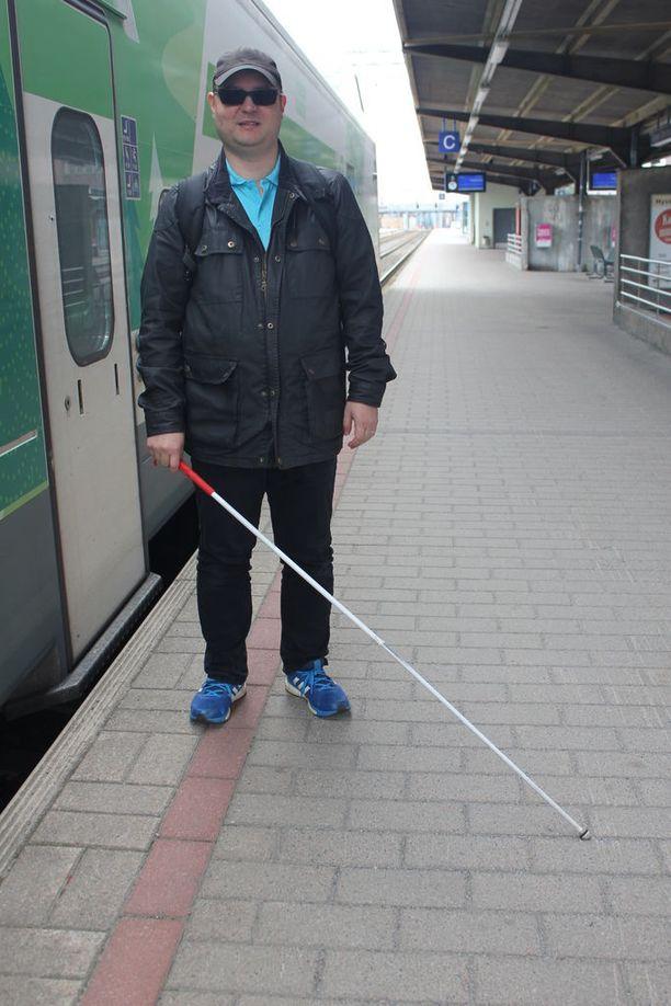 Valkoinen keppi saa monet auttamaan oikean junan löytämisessä.