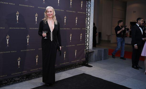 Paljon juontotöitä tehnyt Anne Kukkohovi poseerasi Venla-gaalassa perjantaina.